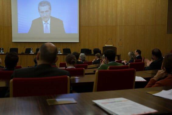EU-Kommissar Günter Oettinger meldet sich mit einer Videobotschaft auf dem cologne IT summit_ 2014 zu Wort.