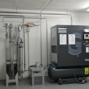 Aus dieser Maschine wird der Stickstoff in die IT-Räume gepumpt, um dort eine sauerstoffreduzierte Atmosphäre zu erzeugen.