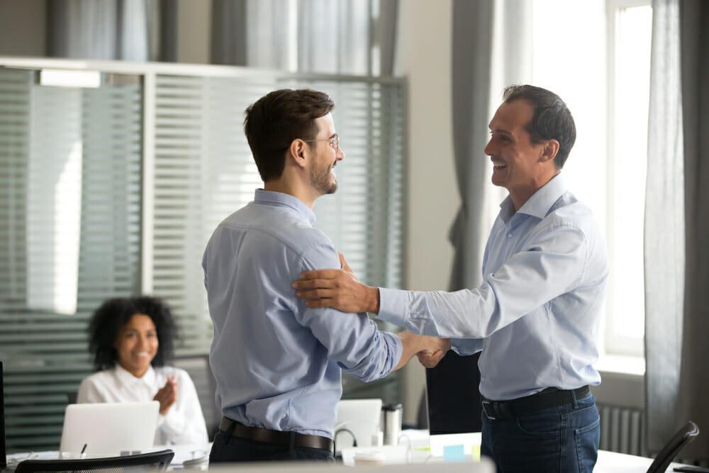 Digitales Schulterklopfen - 5 kreative Ideen, um Mitarbeiter zu loben