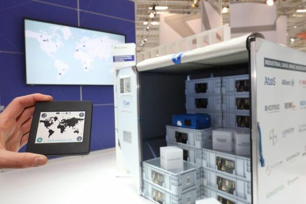 Über ein mobiles Steuergerät kann man sicher mit einem intelligenten Luftfrachtcontainer kommunizieren.